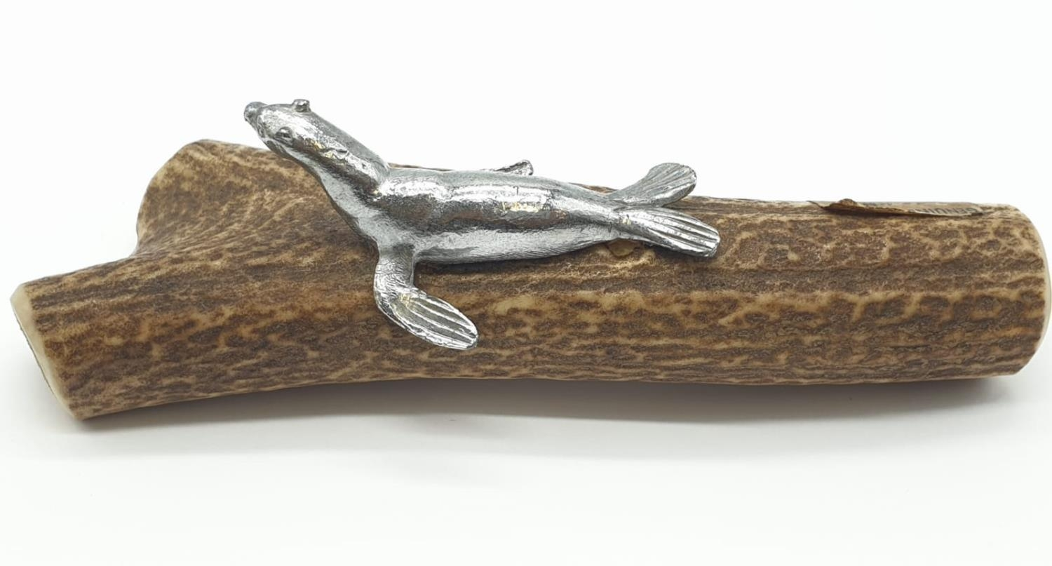 Piece of Antelope HORN with a white metal figure of a SEAL mounted on it. 122g 16cm long. - Image 7 of 7