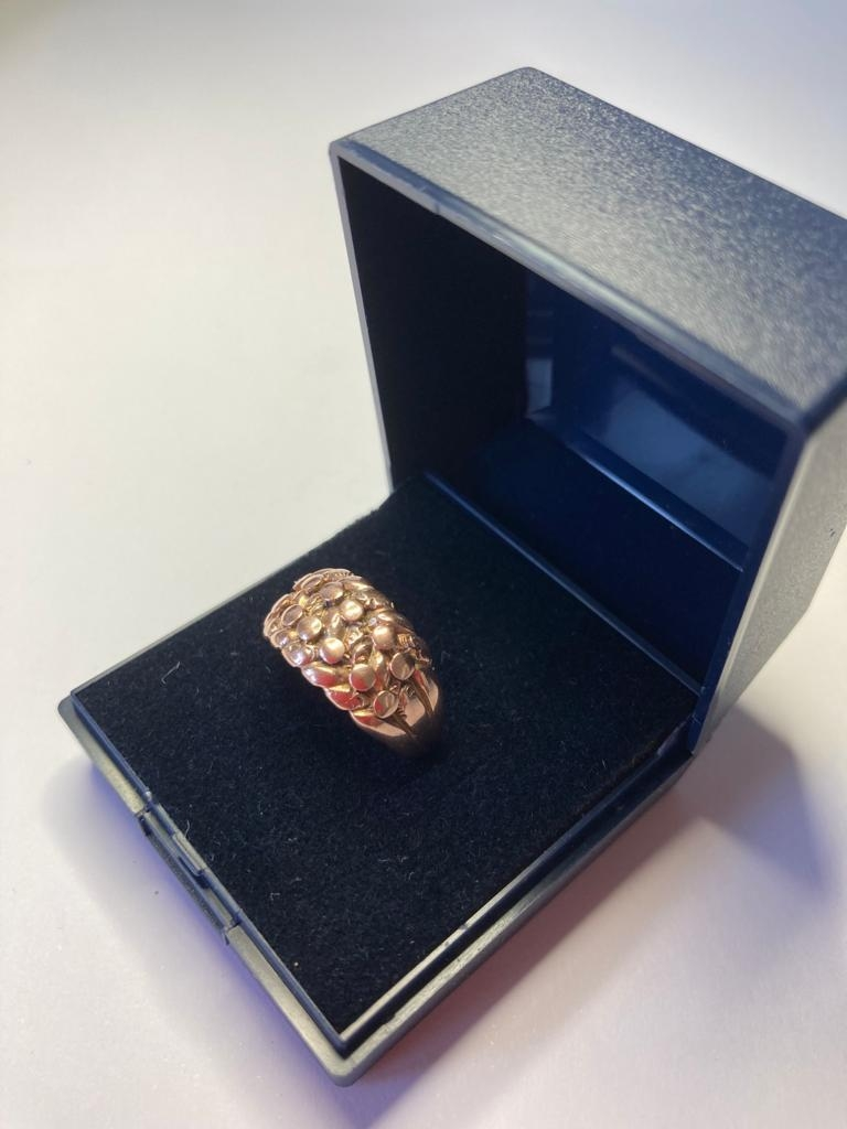 9ct gold ring in feminine 'Keeper' style with intricate design work to top. Full UK hallmark. 4.4 - Image 2 of 2