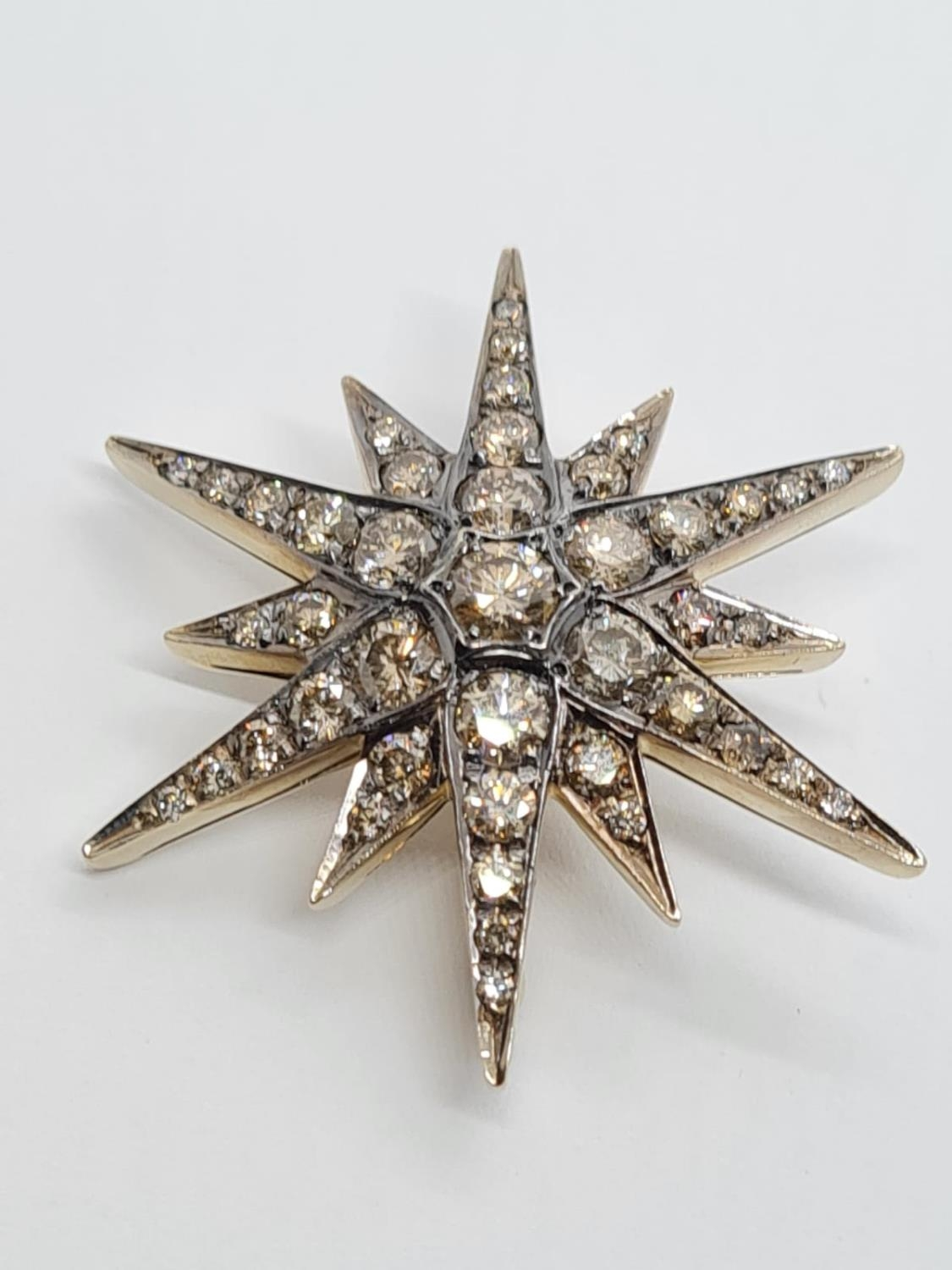 Vintage 18ct Gold Star Brooch with 3 ct of Diamonds. Weight 8.2g 3.5 cm. - Image 2 of 6