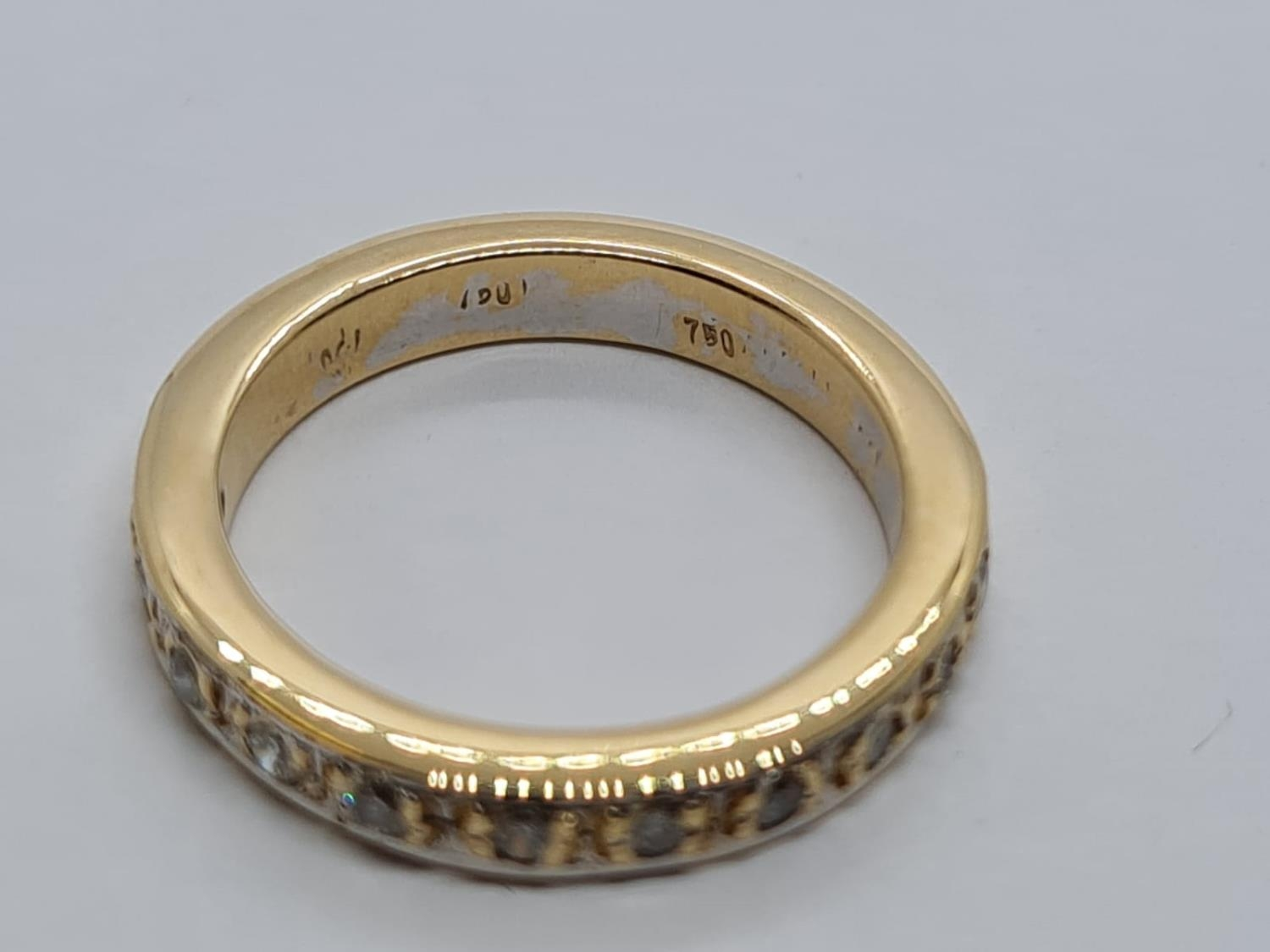 18ct Gold and Diamond Eternity RING. 5.2g Size K/L - Image 3 of 3