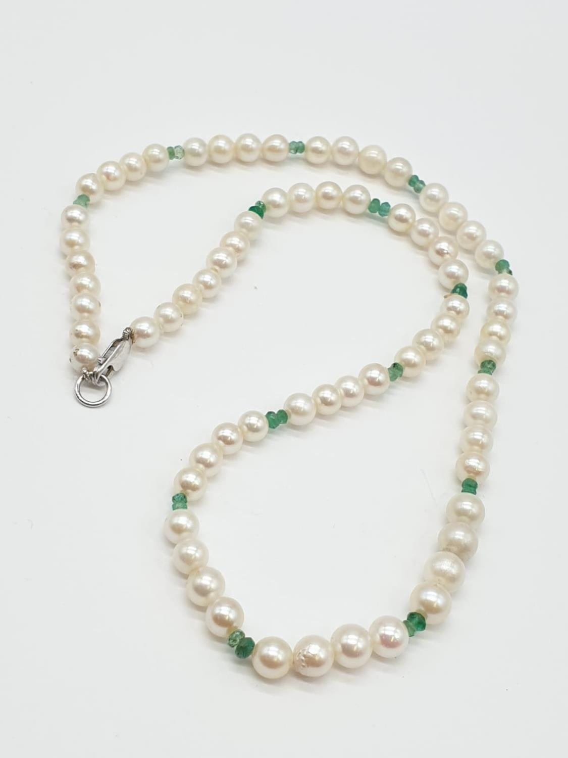 Cultured Pearl and Emerald NECKLACE with 9ct Gold Clasp. 16.3g 40cm - Image 2 of 5