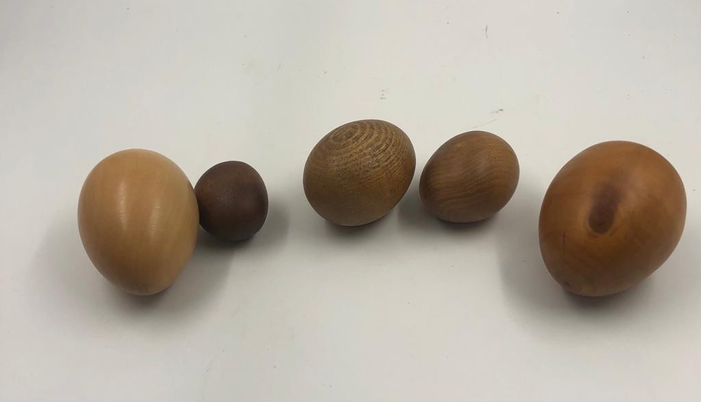 Gorgeous collection of 5 different types of WOODEN EGGS in a small wooden bowl. 17cm diameter. - Image 2 of 2