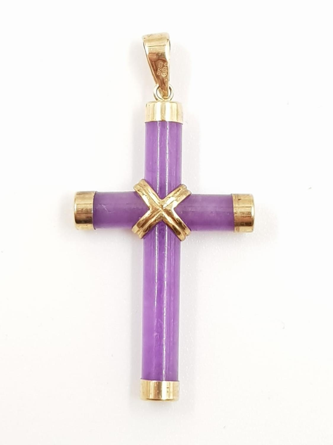 A lavender jade and 9ct gold cross. 2.28g total weight. - Image 2 of 2