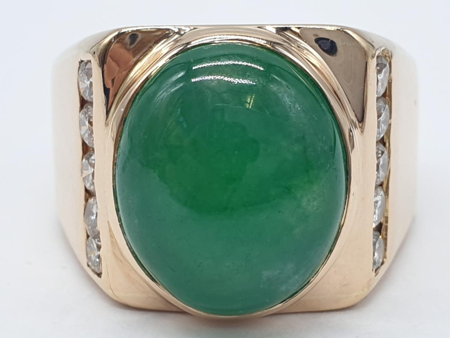 18ct Gold ring with natural jade stone and diamond shoulders. 16.2g total weight and size R. - Image 2 of 8