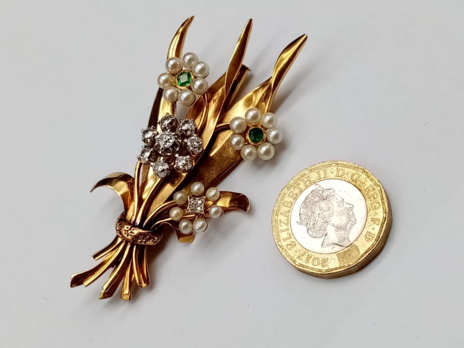AN INTERESTING 18K GOLD BROOCH FASHIONED IN A FLEUR DE LYS STYLE WITH DIAMONDS, EMERALDS AND SEED - Image 5 of 5