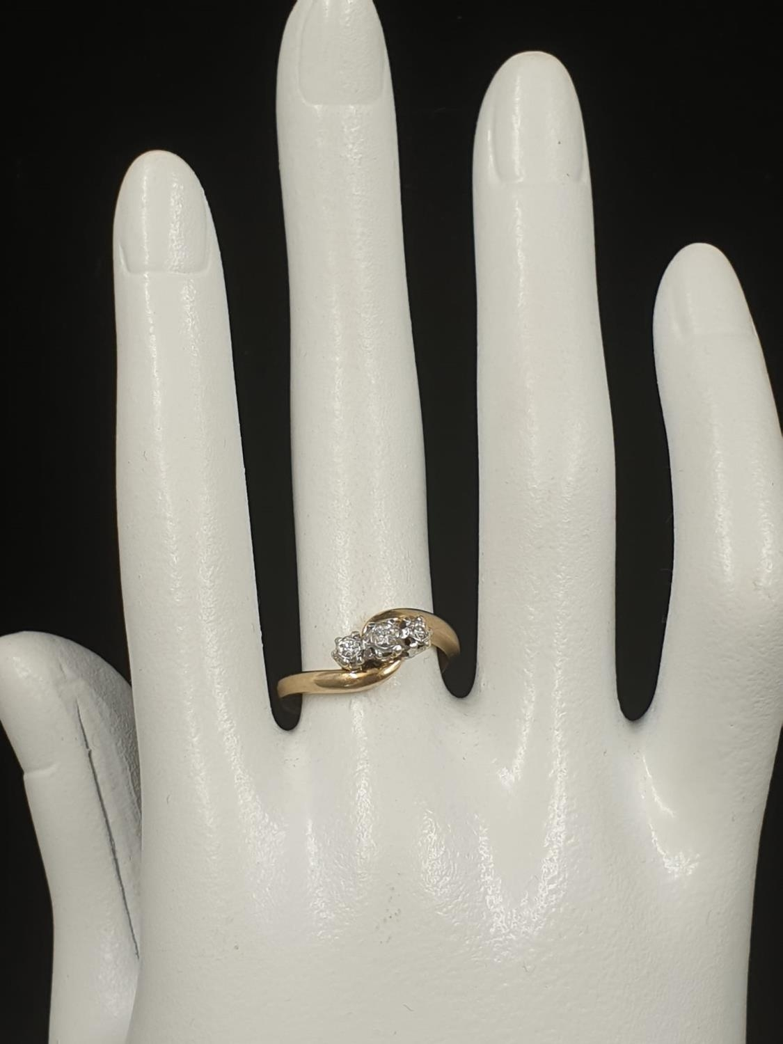 9K YELLOW GOLD VINTAGE 3 STONE DIAMOND TWIST RING APPROX 0.10CT DIAMONDS WEIGHT 3G SIZE L1/2 - Image 7 of 7