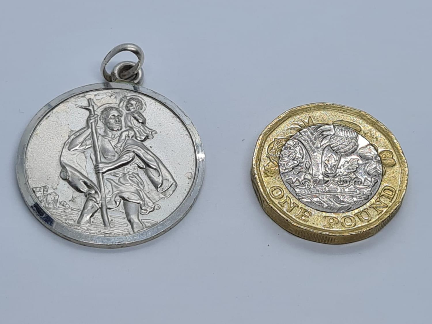 STERLING SILVER LARGE ROUND ST CHRISTOPHER PENDANT WEIGHT 8.5G AND 34MM DIAMETER APPROX - Image 4 of 4