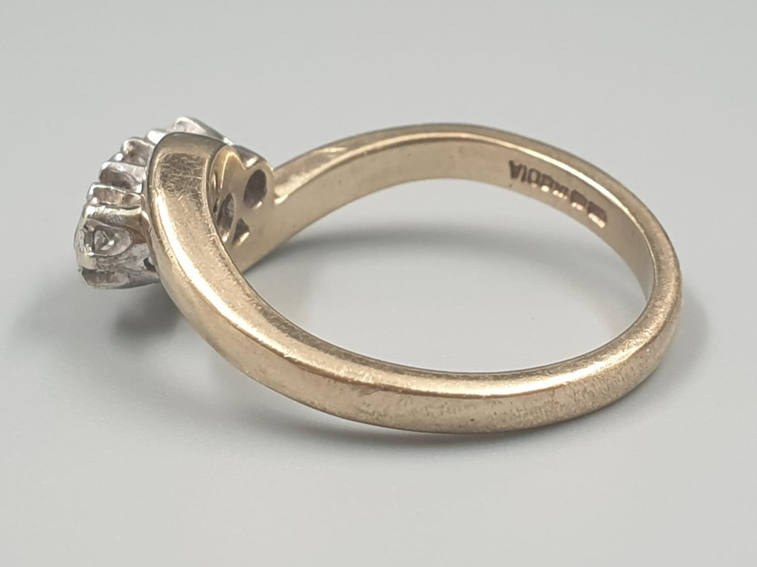 9K YELLOW GOLD VINTAGE 3 STONE DIAMOND TWIST RING APPROX 0.10CT DIAMONDS WEIGHT 3G SIZE L1/2 - Image 3 of 7