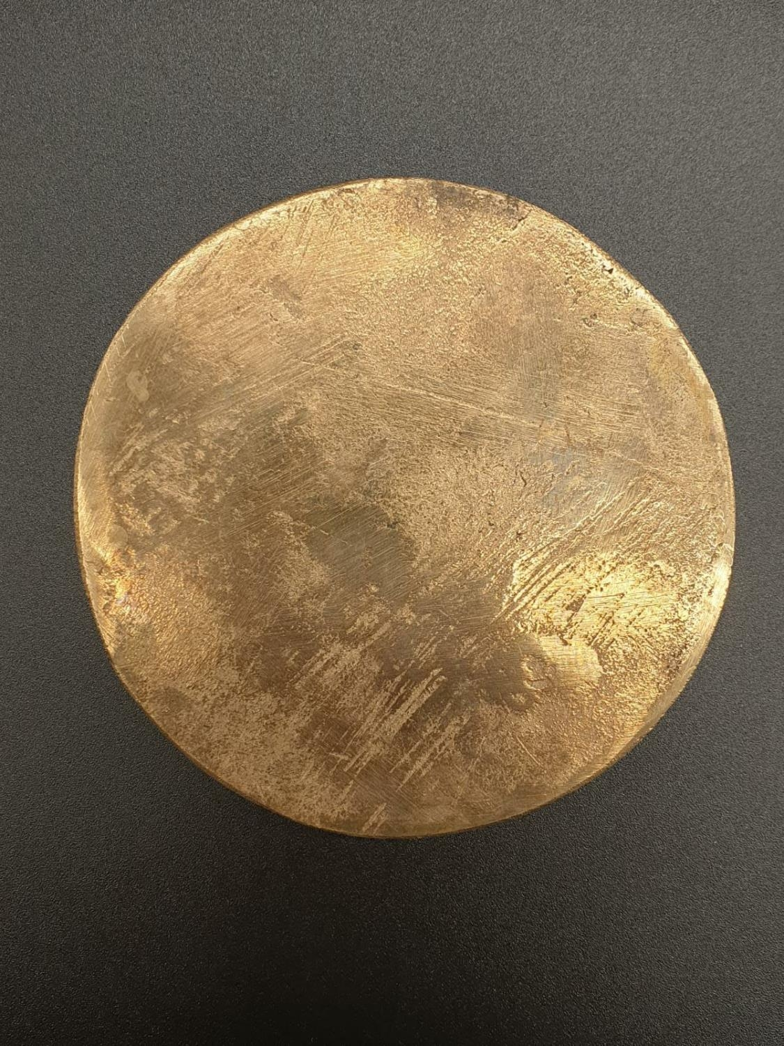 A HEAVY GILDED LARGE ONE SIDED COIN WITH TOP SIDE SEEMINGLY HAMMERED. 285.6gms 8cms diameter - Image 4 of 5