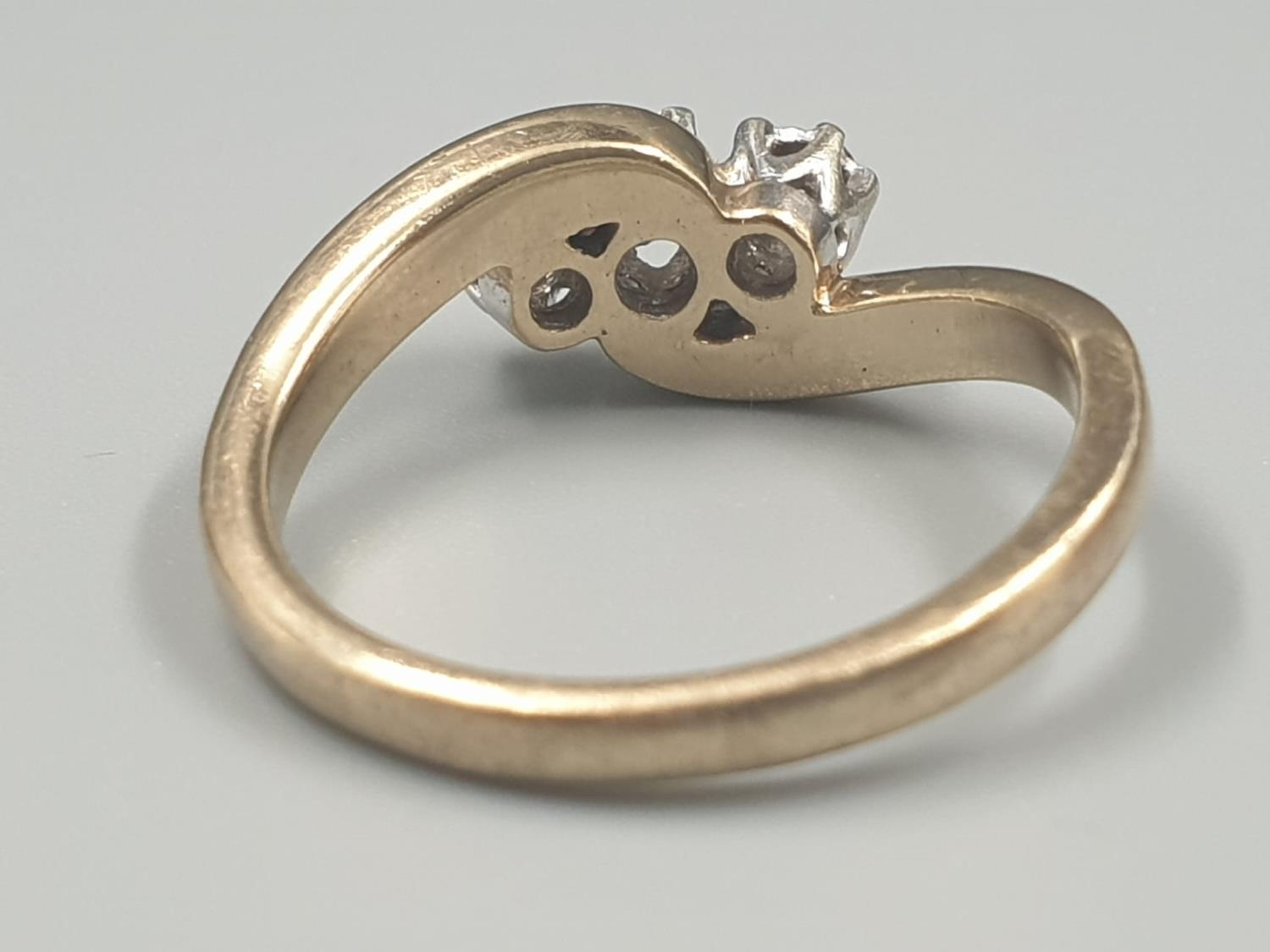 9K YELLOW GOLD VINTAGE 3 STONE DIAMOND TWIST RING APPROX 0.10CT DIAMONDS WEIGHT 3G SIZE L1/2 - Image 4 of 7