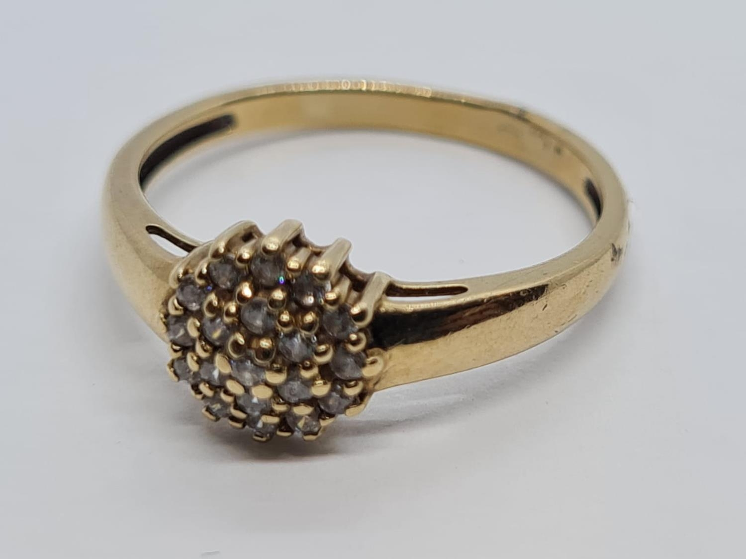 9K YELLOW GOLD CZ STONE SET CLUSTER RING WEIGHT 1.7G SIZE M - Image 2 of 4