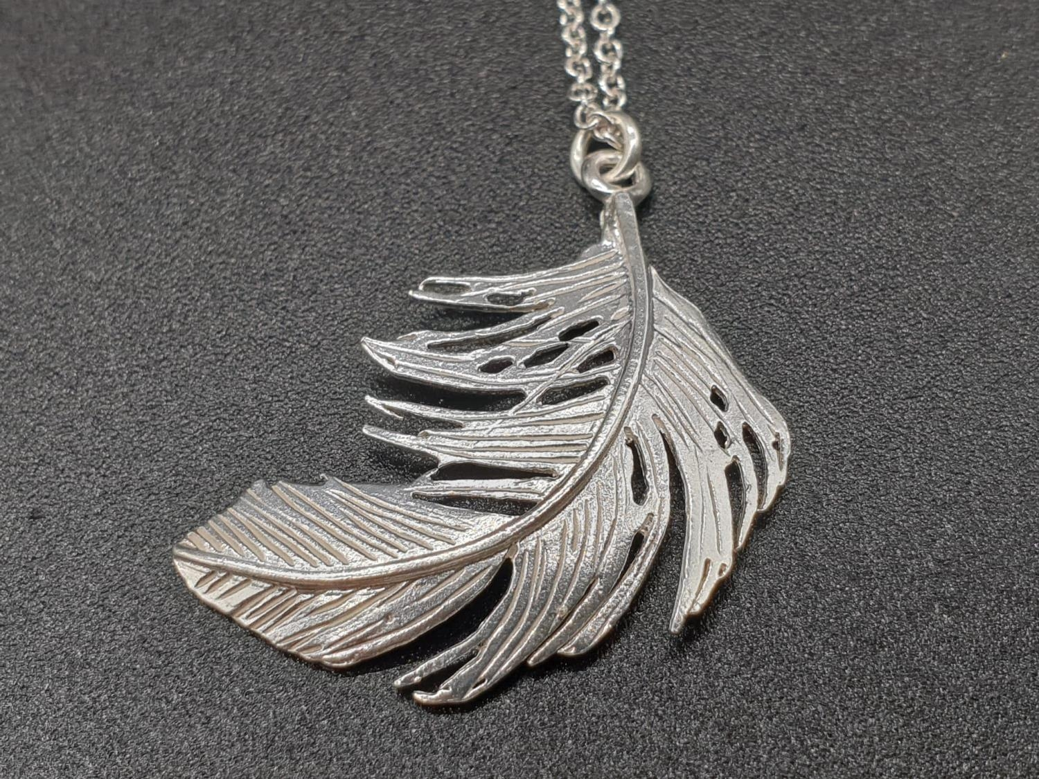 ALEX MONROE STERLING SILVER BIG FEATHER PENDANT ON EXTENDABLE NECKLACE - Image 3 of 6
