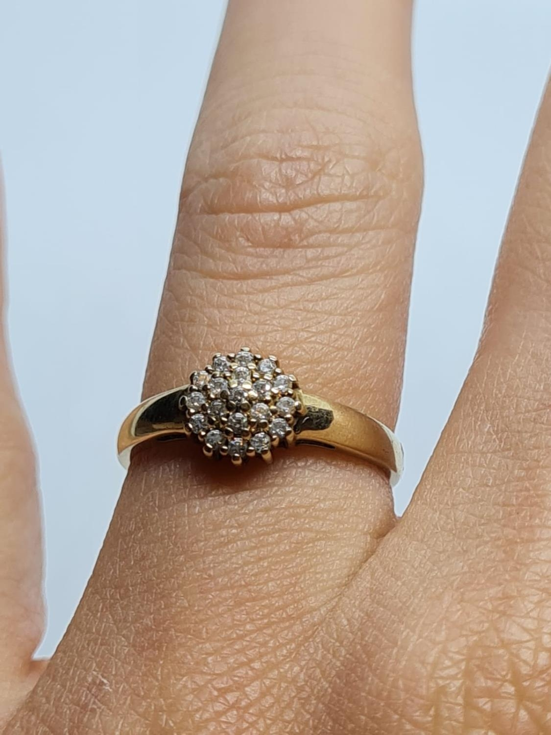 9K YELLOW GOLD CZ STONE SET CLUSTER RING WEIGHT 1.7G SIZE M - Image 4 of 4