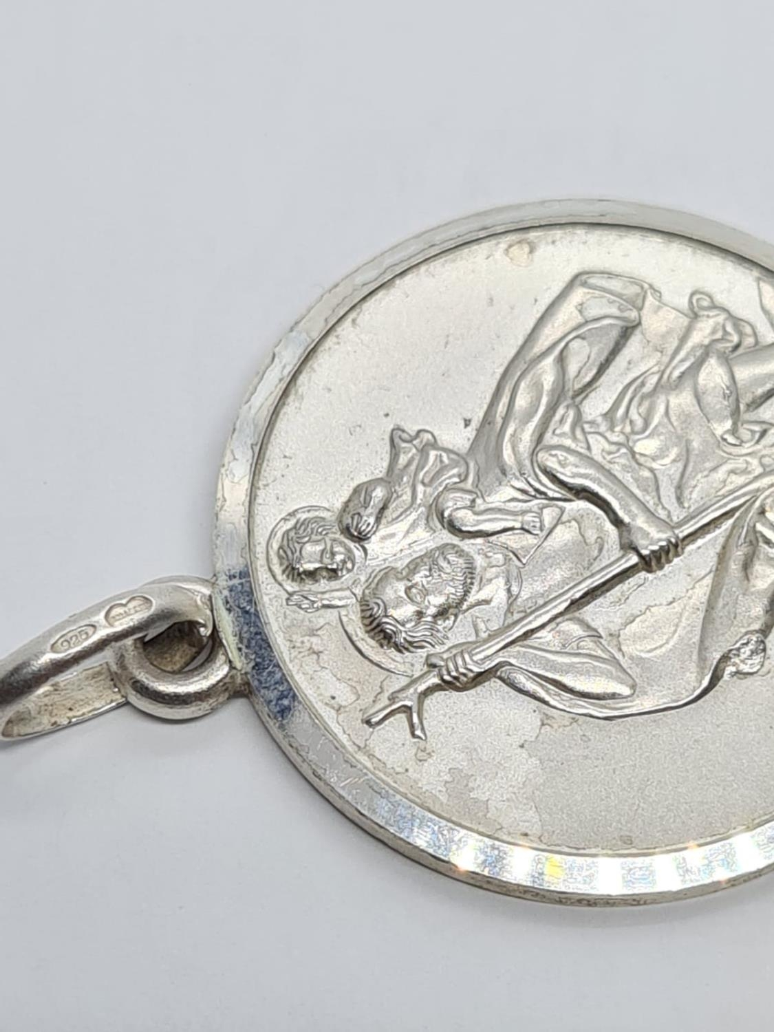 STERLING SILVER LARGE ROUND ST CHRISTOPHER PENDANT WEIGHT 8.5G AND 34MM DIAMETER APPROX - Image 3 of 4