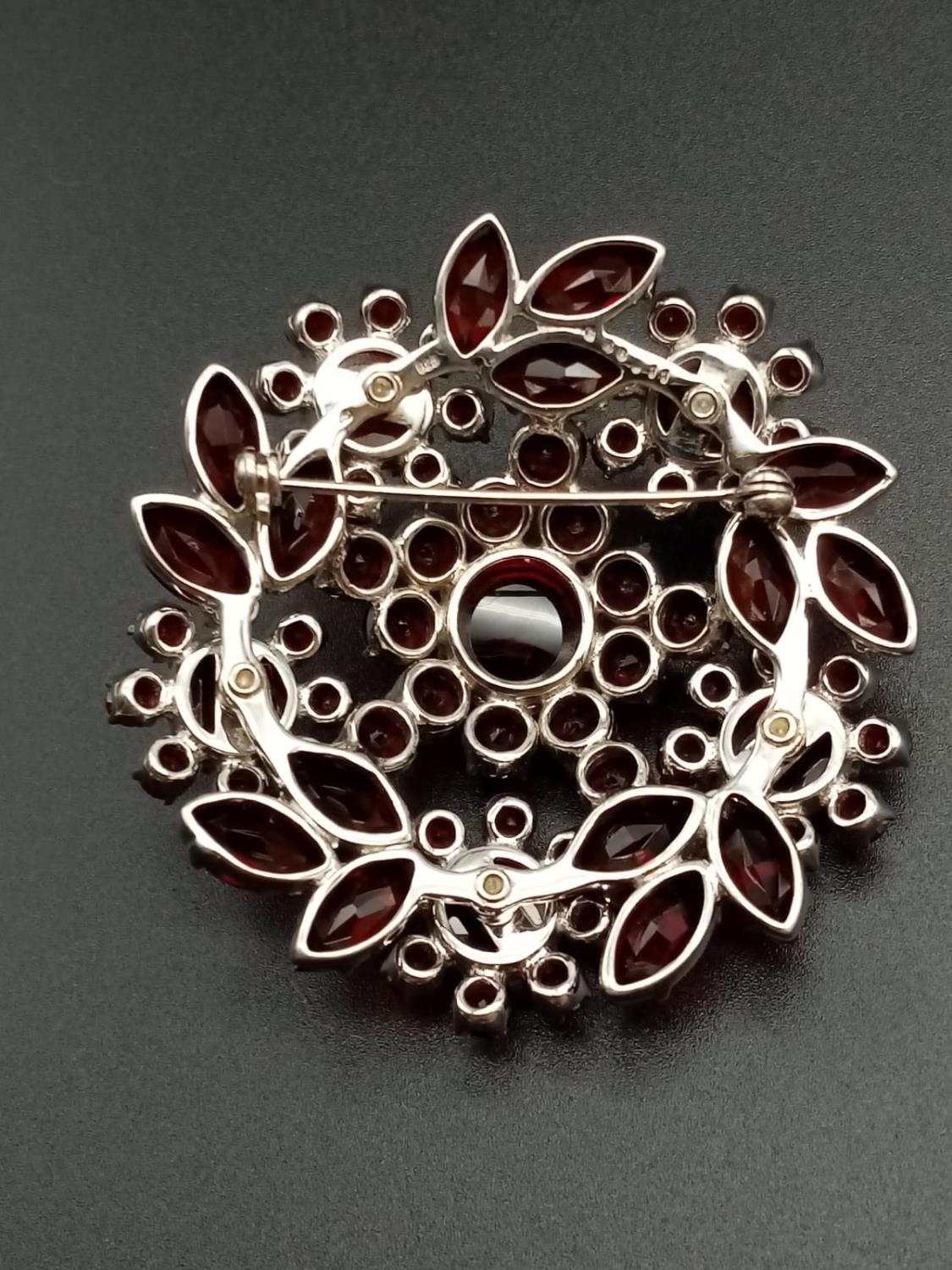 A beautiful sterling silver and garnet brooch (diameter: 46mm) weight: 26.2g - Image 7 of 7