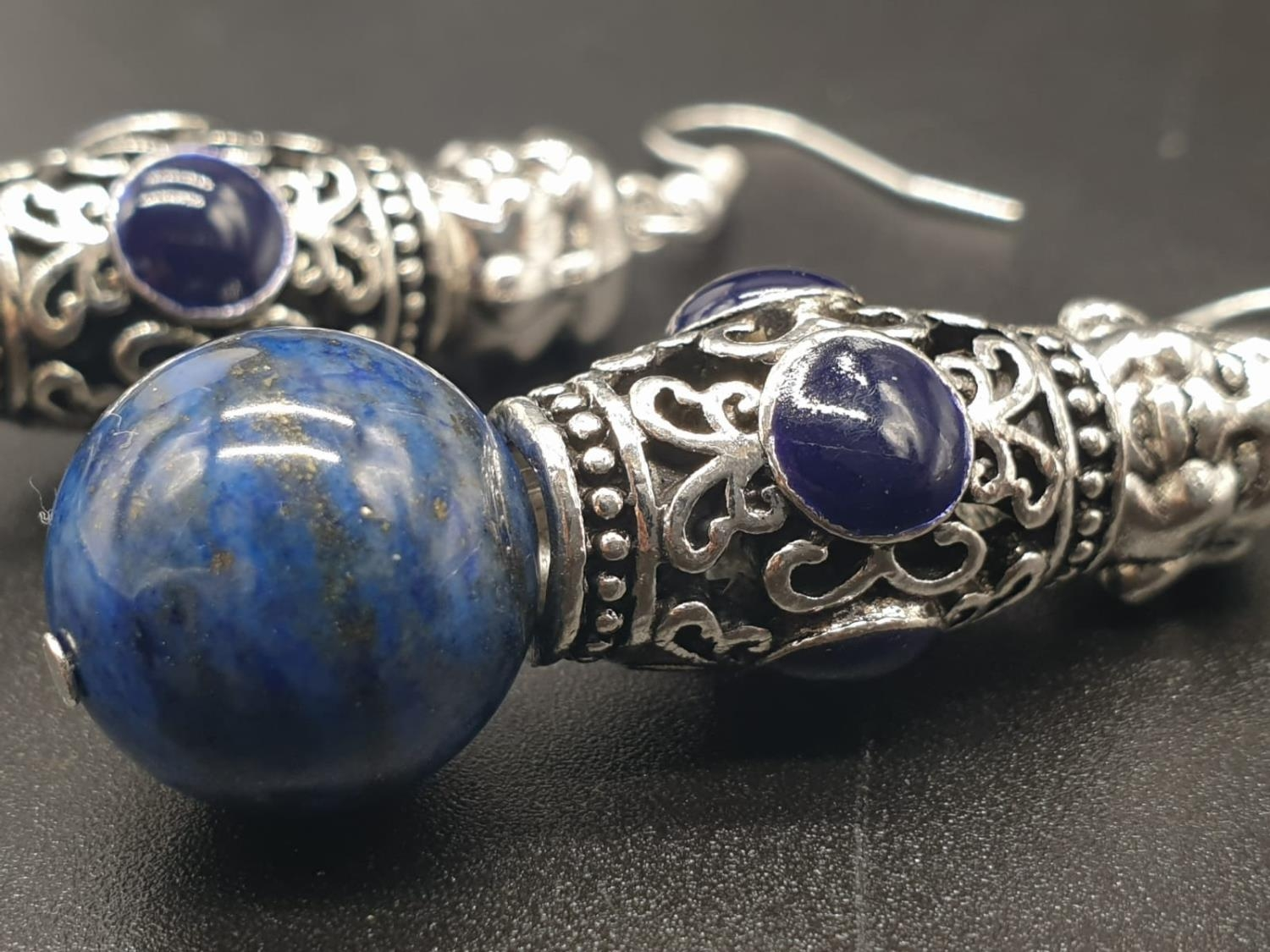 A Tibetan Buddhist lapis lazuli necklace and earrings set in a presentation box. Necklace length: - Image 9 of 11