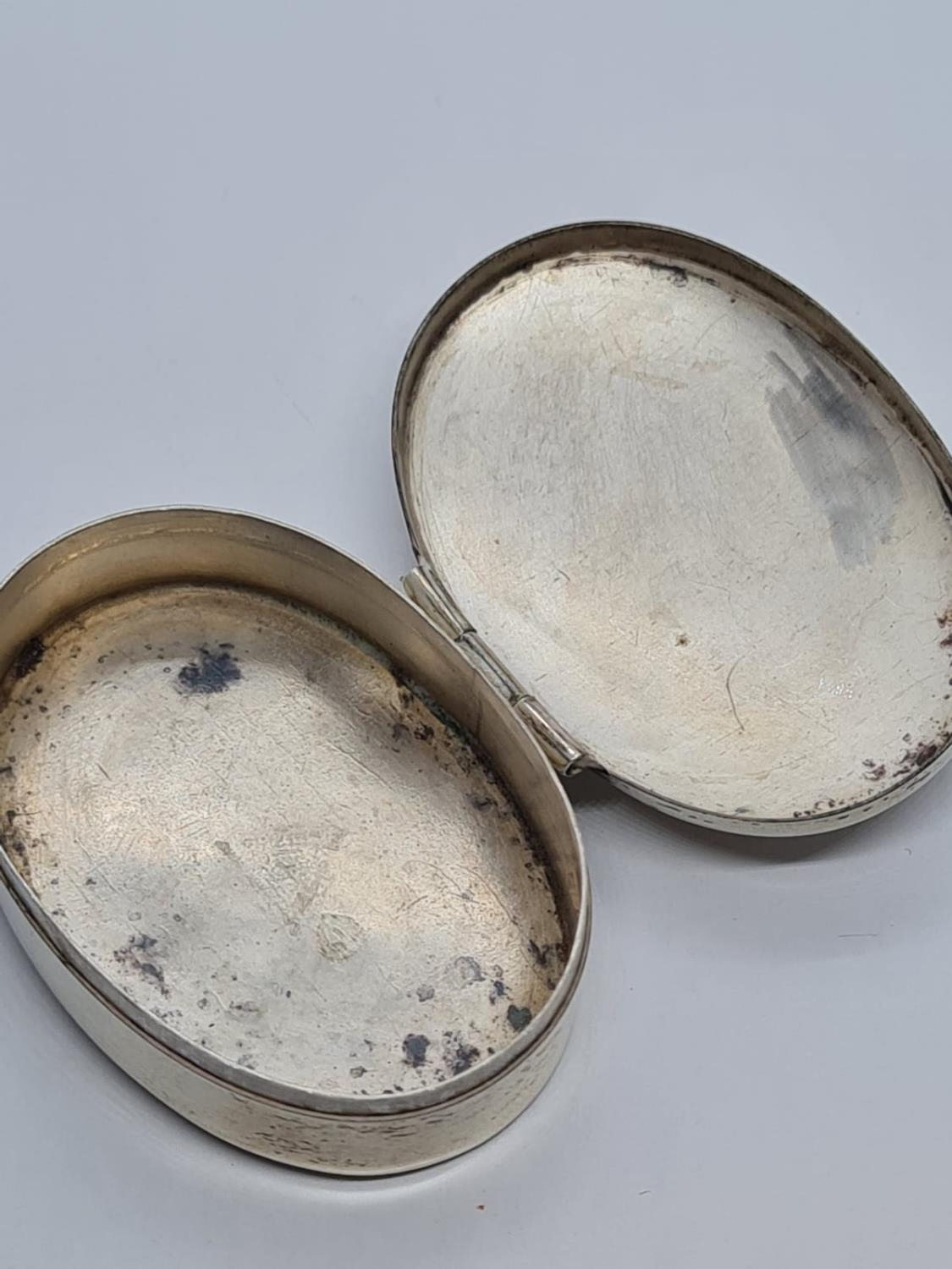 Sterling Silver Pill Box, Decorated with Mother of Pearl. 4 x 3cm. 9.9g - Image 4 of 4