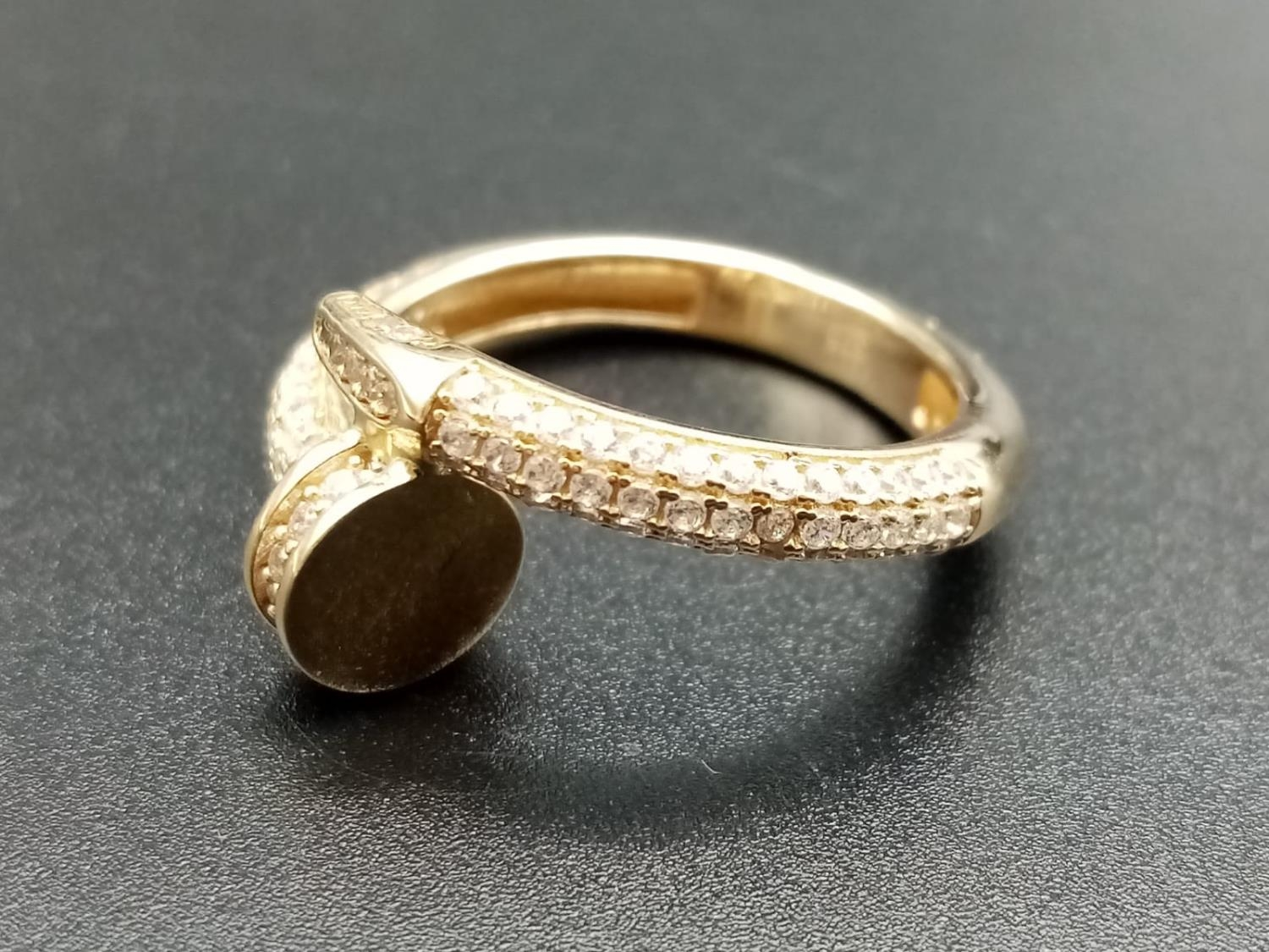 9CT YELLOW GOLD CZ SET CARTIER STYLE RING, WEIGHT 3.9G SIZE P1/2 - Image 3 of 3