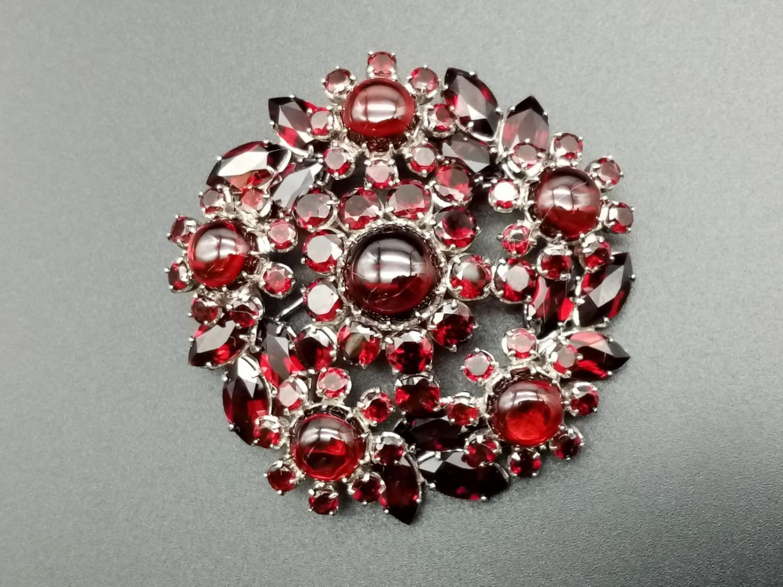 A beautiful sterling silver and garnet brooch (diameter: 46mm) weight: 26.2g