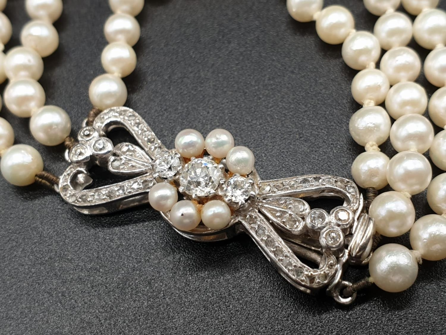 A 3 ROW GRADUATED PEARL NECKLACE WITH PLATINUM AND DIAMOND CLASP 48gms and 18cms in length - Image 3 of 6