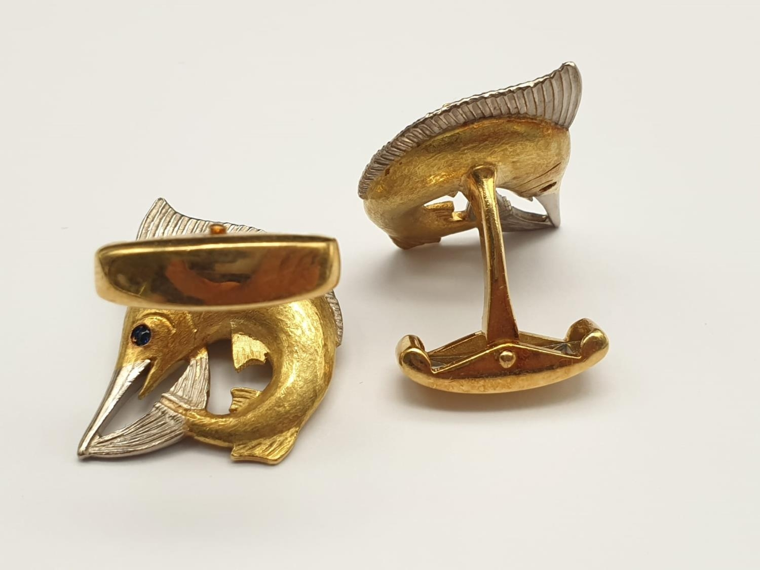Exquisite Pair of Hand-Made 18K White and Yellow Gold Sailfish Cufflinks with Sapphire Stone Eyes. - Image 4 of 5