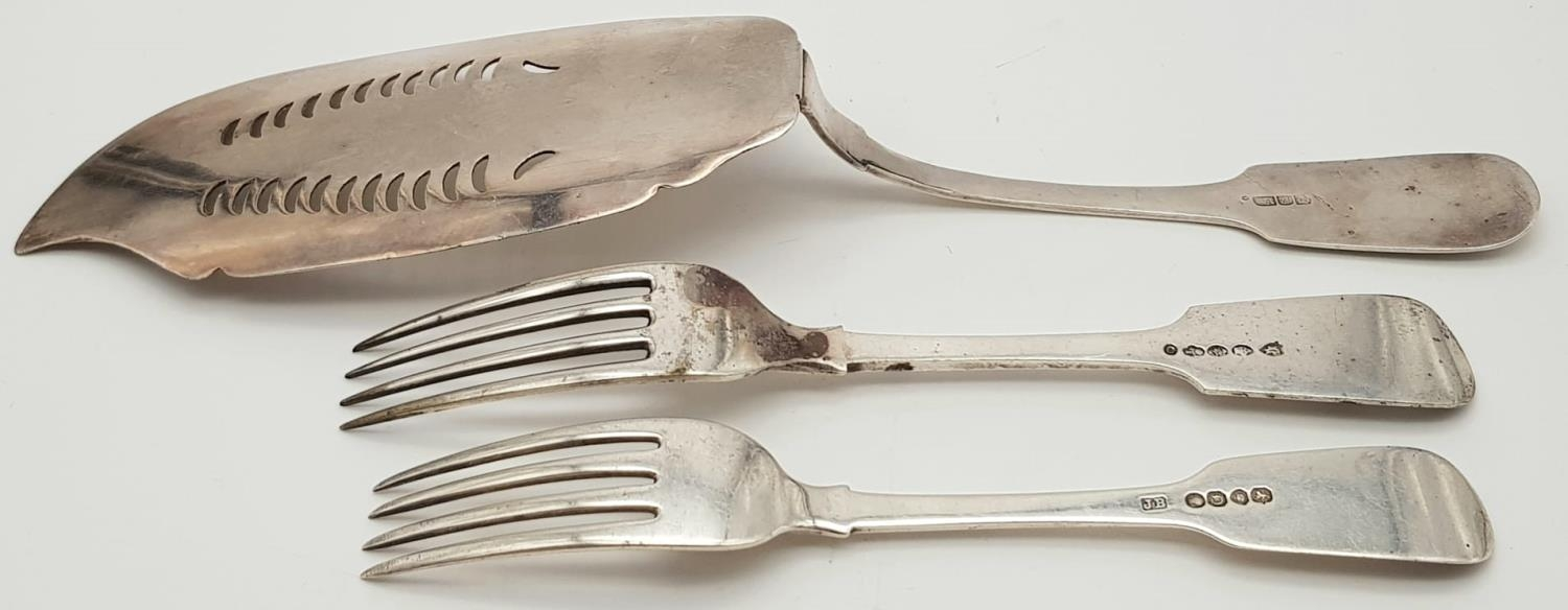 2x Victorian monogramed forks plus fish slide (3) Total weight 266.8g - Image 2 of 5