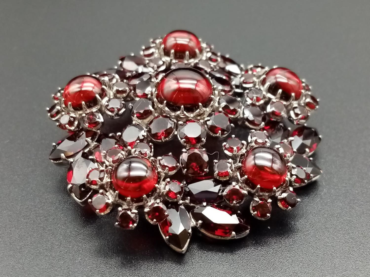 A beautiful sterling silver and garnet brooch (diameter: 46mm) weight: 26.2g - Image 2 of 7