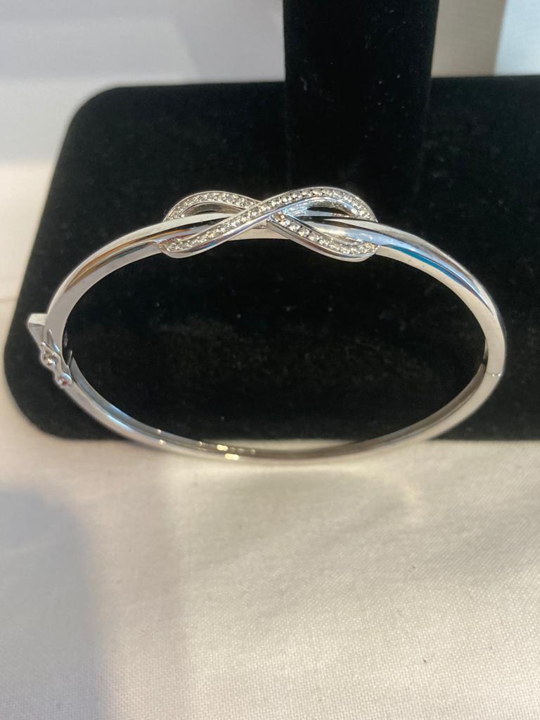 Hallmarked silver bangle having modernist design to top. - Image 2 of 2