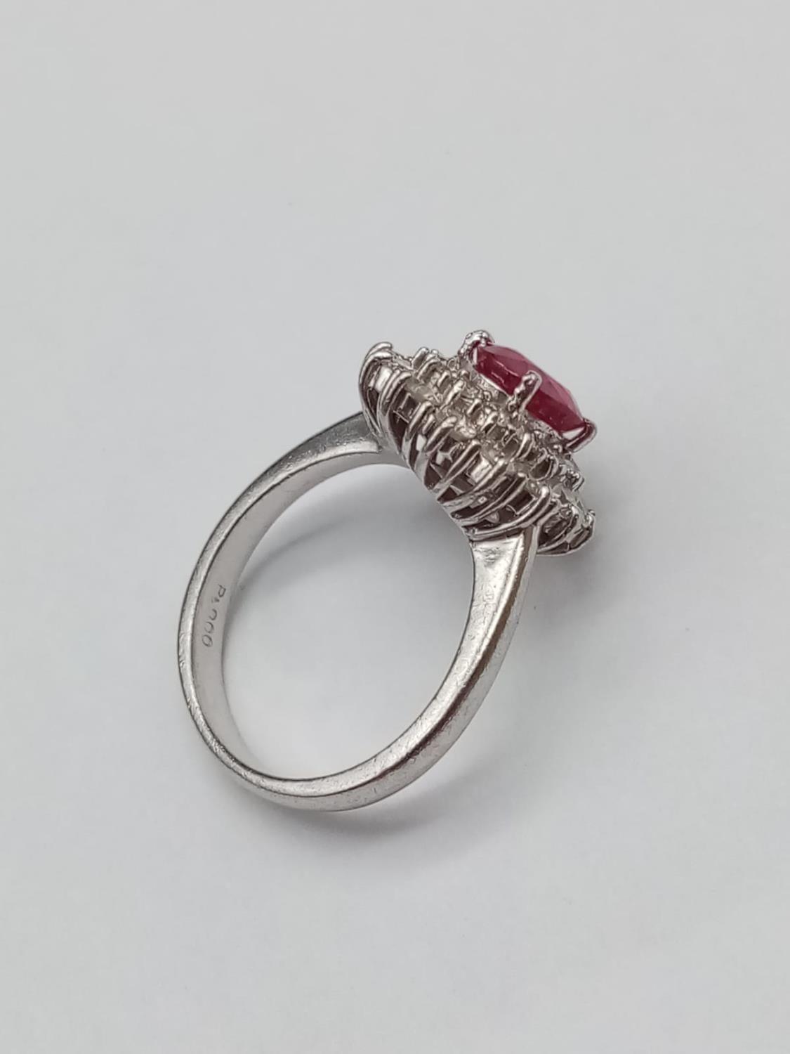 A PLATINUM RING WITH PINK RUBY CENTRE STONE WITH DIAMOND SURROUND. 6.5gms size K/L - Image 3 of 7