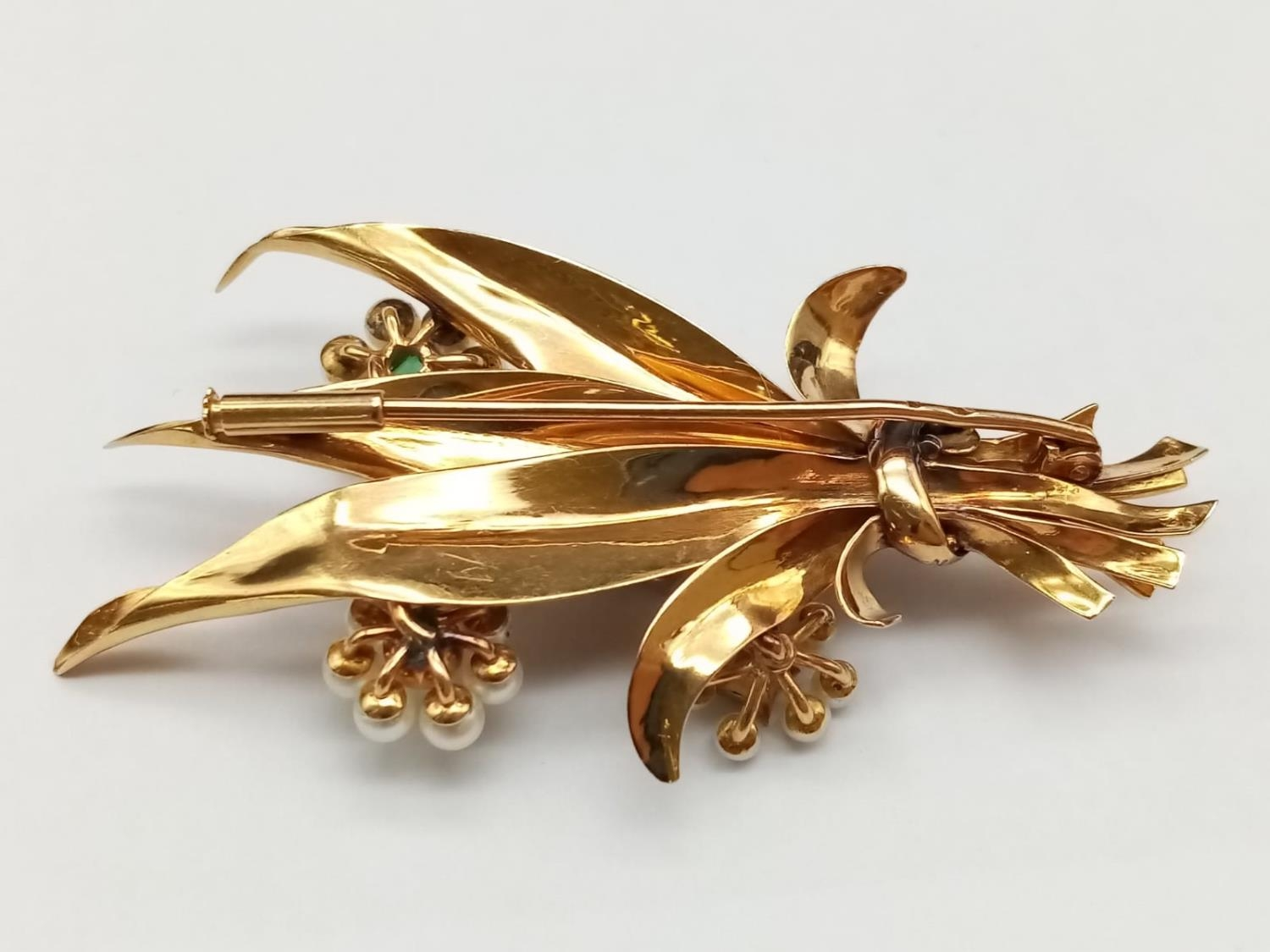 AN INTERESTING 18K GOLD BROOCH FASHIONED IN A FLEUR DE LYS STYLE WITH DIAMONDS, EMERALDS AND SEED - Image 3 of 5