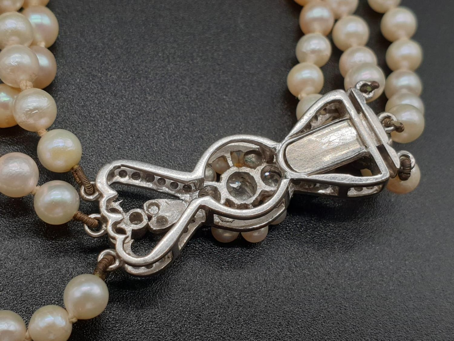 A 3 ROW GRADUATED PEARL NECKLACE WITH PLATINUM AND DIAMOND CLASP 48gms and 18cms in length - Image 4 of 6