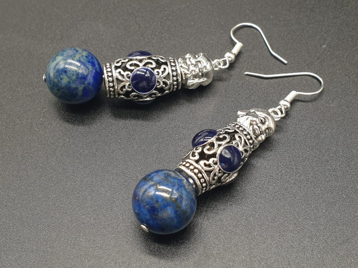 A Tibetan Buddhist lapis lazuli necklace and earrings set in a presentation box. Necklace length: - Image 8 of 11