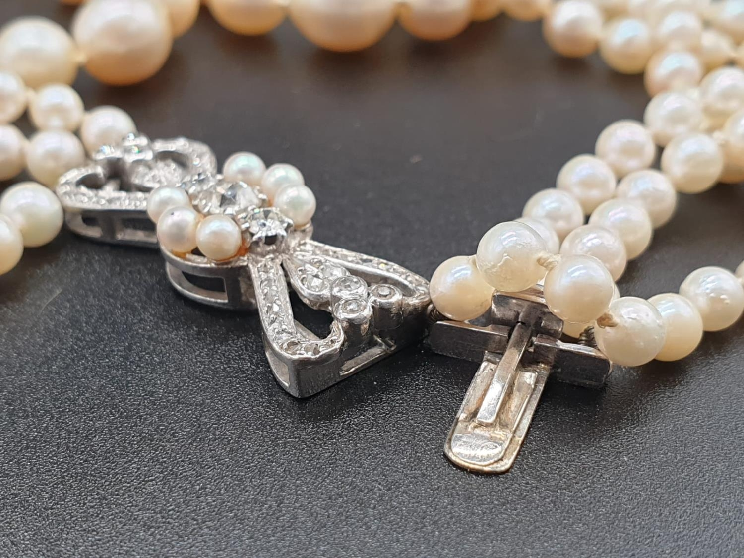 A 3 ROW GRADUATED PEARL NECKLACE WITH PLATINUM AND DIAMOND CLASP 48gms and 18cms in length - Image 5 of 6