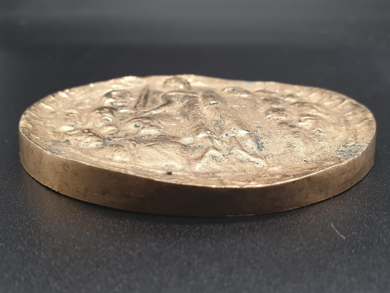 A HEAVY GILDED LARGE ONE SIDED COIN WITH TOP SIDE SEEMINGLY HAMMERED. 285.6gms 8cms diameter - Image 3 of 5