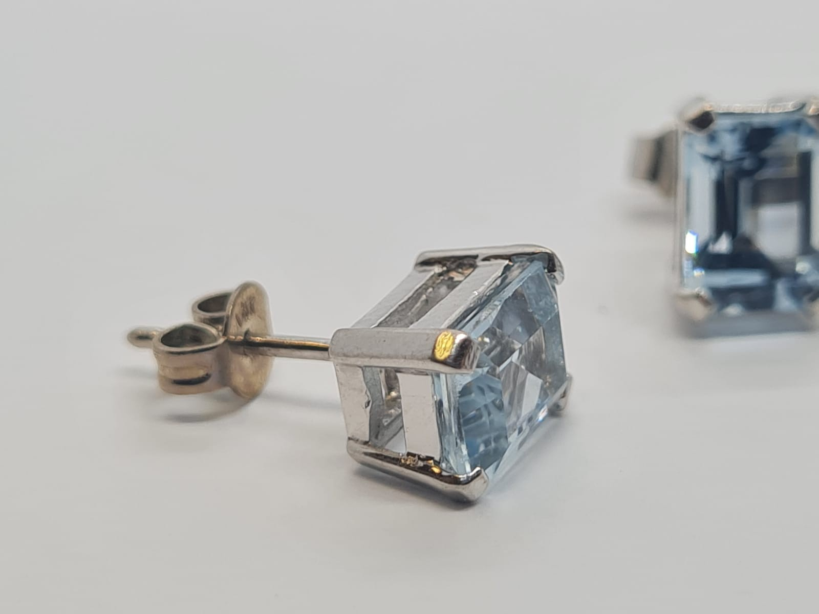 Pair of aquamarine stud earrings set in 18k white gold, weight 3.3g - Image 4 of 4