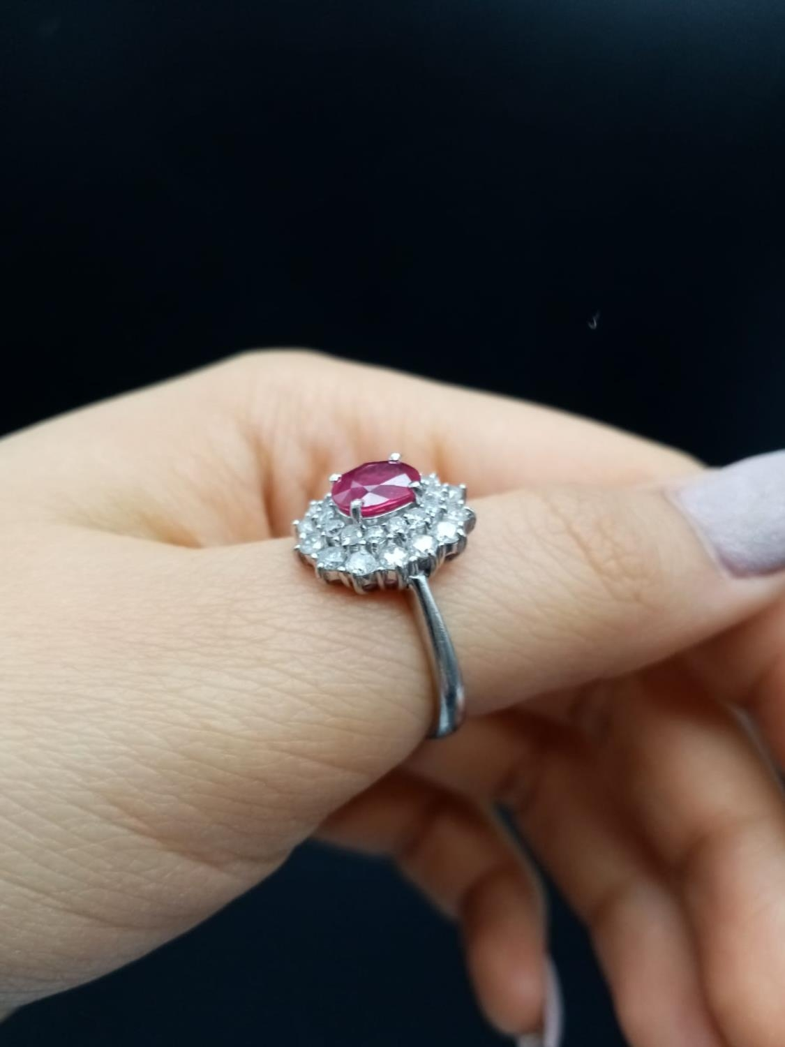 A PLATINUM RING WITH PINK RUBY CENTRE STONE WITH DIAMOND SURROUND. 6.5gms size K/L - Image 5 of 7