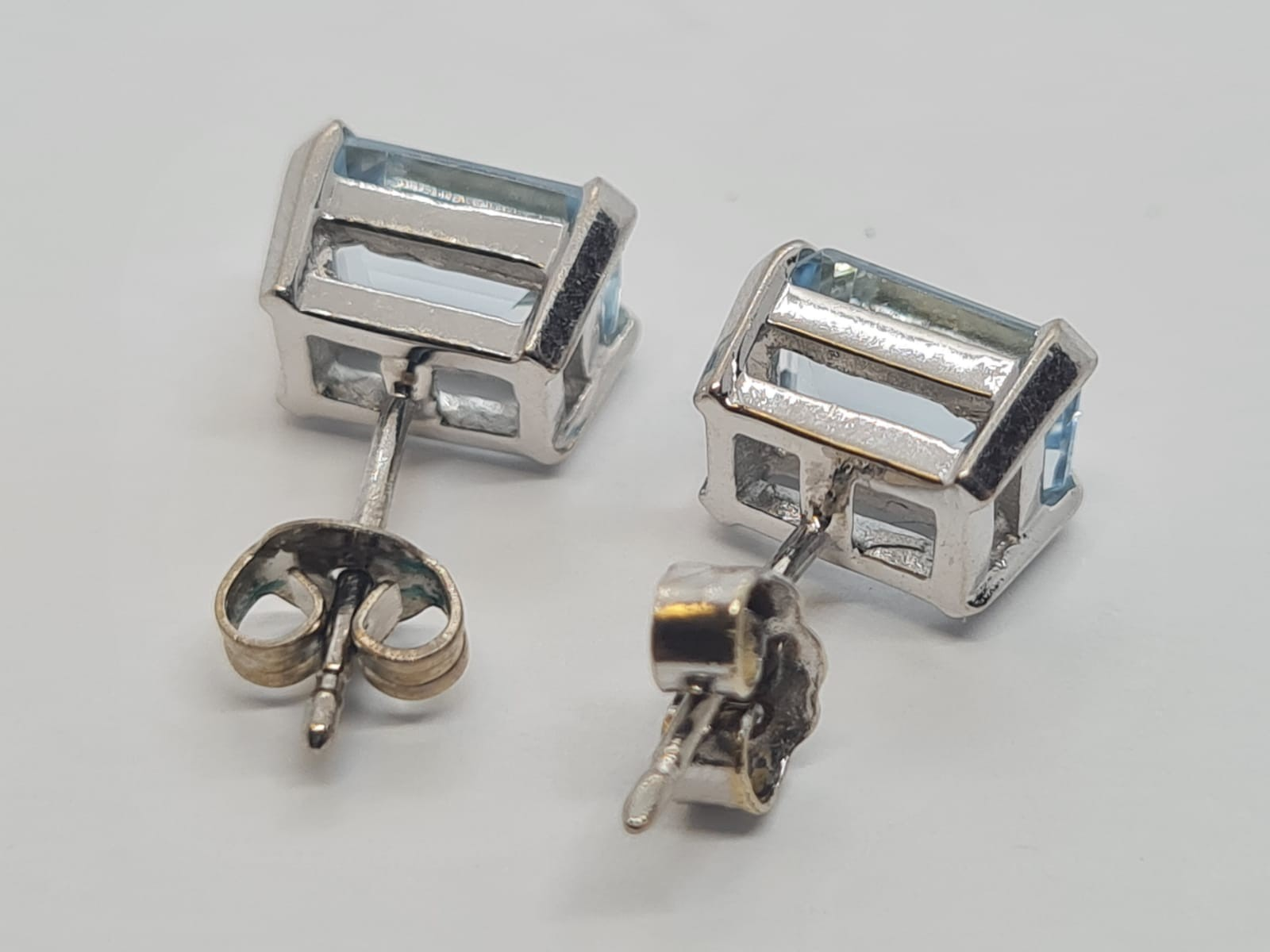 Pair of aquamarine stud earrings set in 18k white gold, weight 3.3g - Image 3 of 4