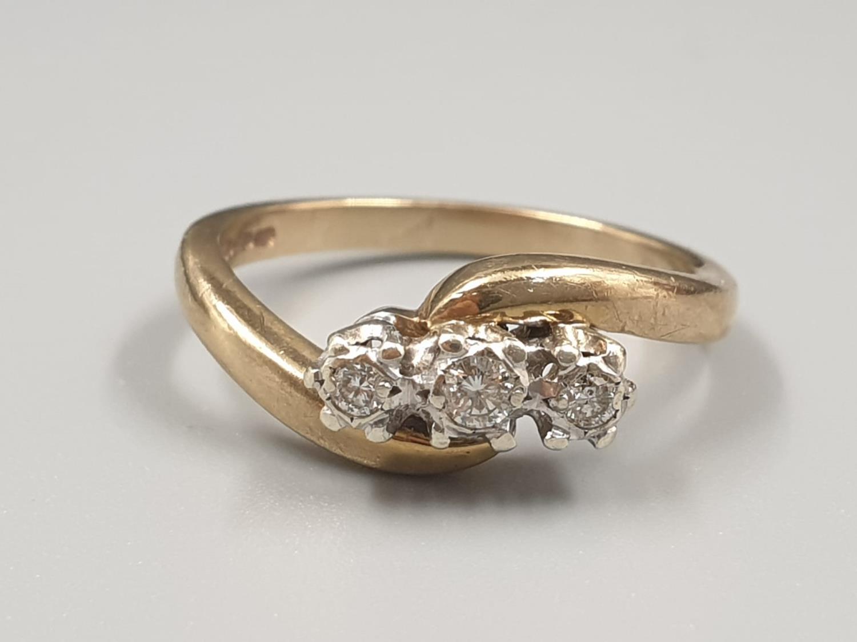 9K YELLOW GOLD VINTAGE 3 STONE DIAMOND TWIST RING APPROX 0.10CT DIAMONDS WEIGHT 3G SIZE L1/2