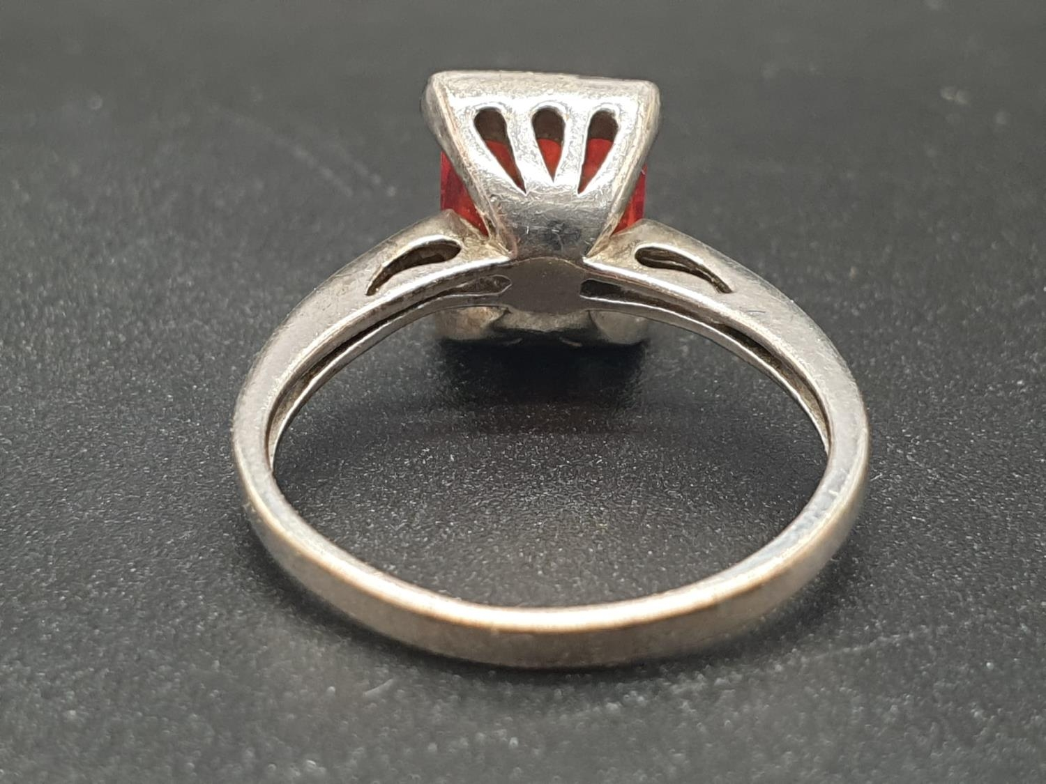 Silver Ring with centre set red stone. Size L. 2.74g - Image 4 of 6