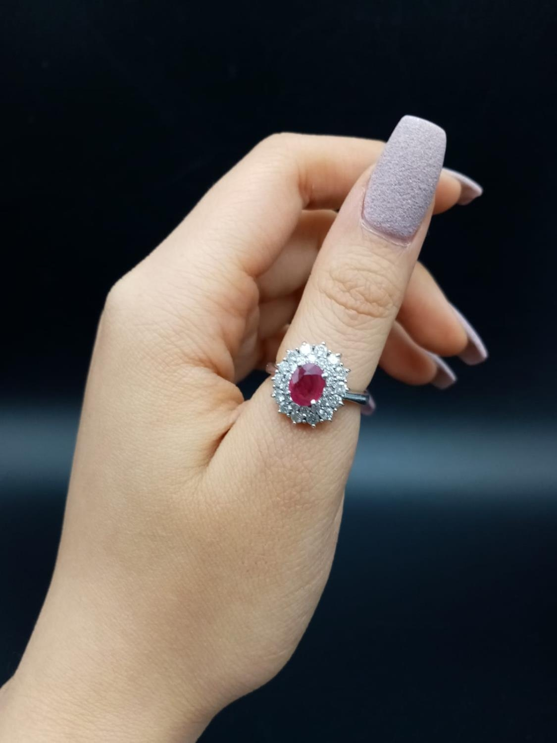 A PLATINUM RING WITH PINK RUBY CENTRE STONE WITH DIAMOND SURROUND. 6.5gms size K/L - Image 4 of 7