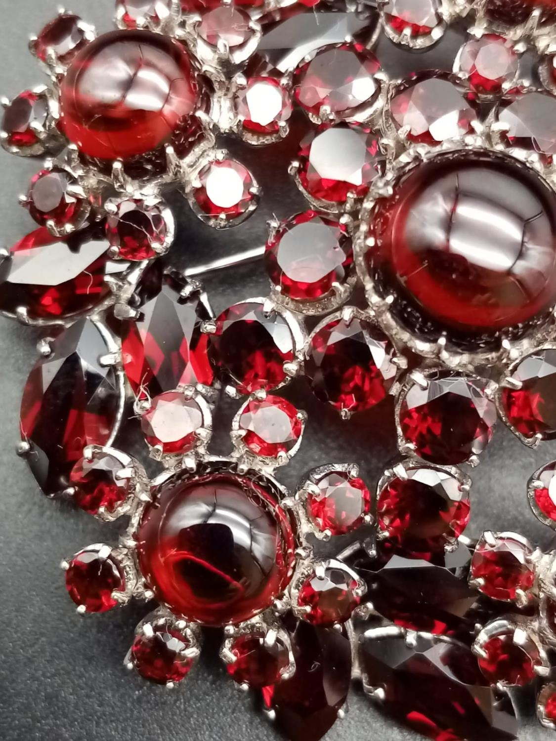 A beautiful sterling silver and garnet brooch (diameter: 46mm) weight: 26.2g - Image 5 of 7