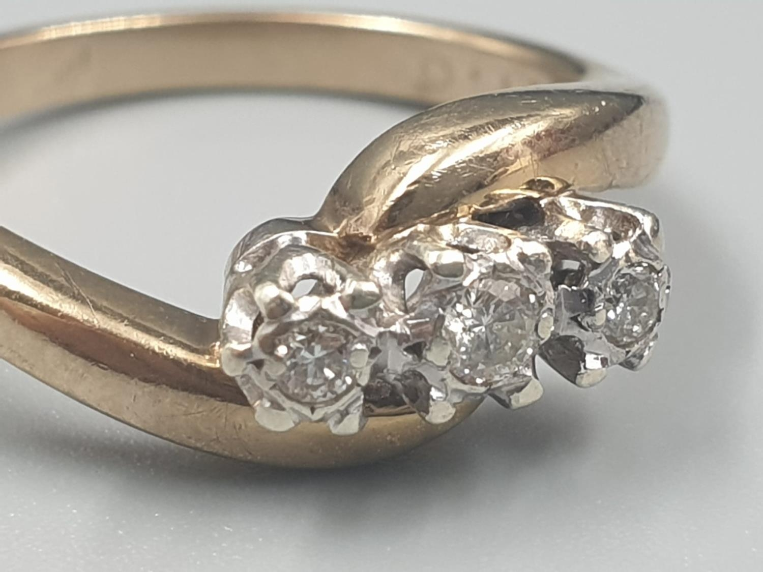9K YELLOW GOLD VINTAGE 3 STONE DIAMOND TWIST RING APPROX 0.10CT DIAMONDS WEIGHT 3G SIZE L1/2 - Image 2 of 7