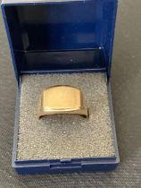 Gentlemans 9 carat GOLD SIGNET ring.Full hallmark. 4.4 grams .Size V.