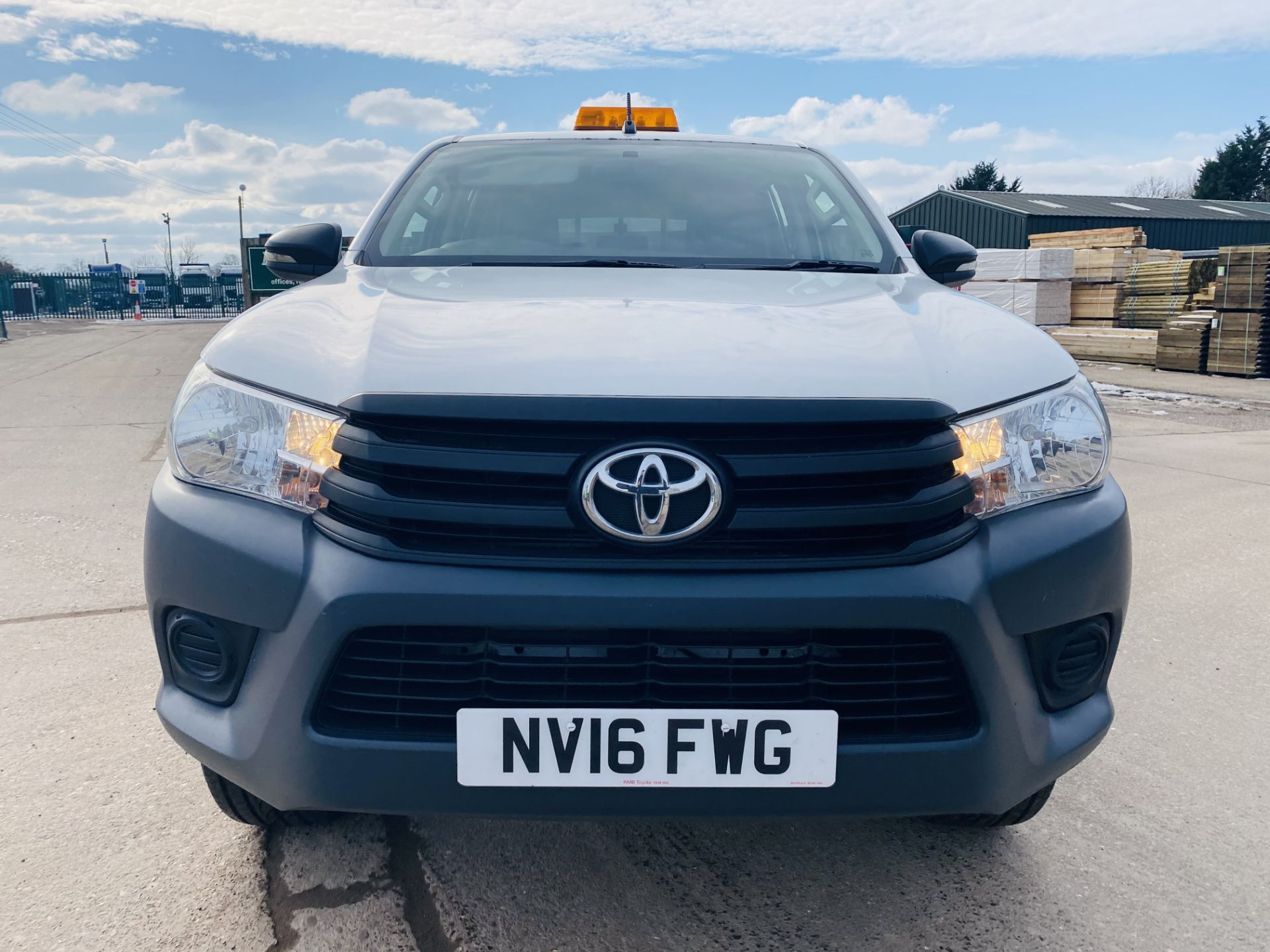"""TOYOTA HILUX """"ACTIVE"""" DOUBLE CAB PICK-UP (2016 - NEW MODEL) 1 OWNER - AIR CON - REAR CANOPY- LOOK - Image 3 of 19"""