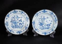 Arte Cinese A pair of blue and white porcelain dishes painted with floral motifsChina, Kangxi perio
