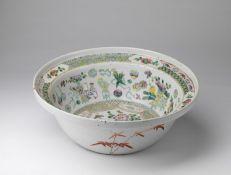 Arte Cinese A Canton porcelain basinChina, Qing dynasty, 19th century.