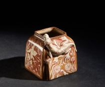 Arte Cinese A red enameled porcelain brush washer decorated with chilong China or Europe, 19th cent
