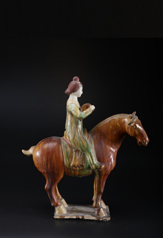 Arte Cinese A ceramic sancai glazed lady on horse in the Tang styleChina, 19th century .