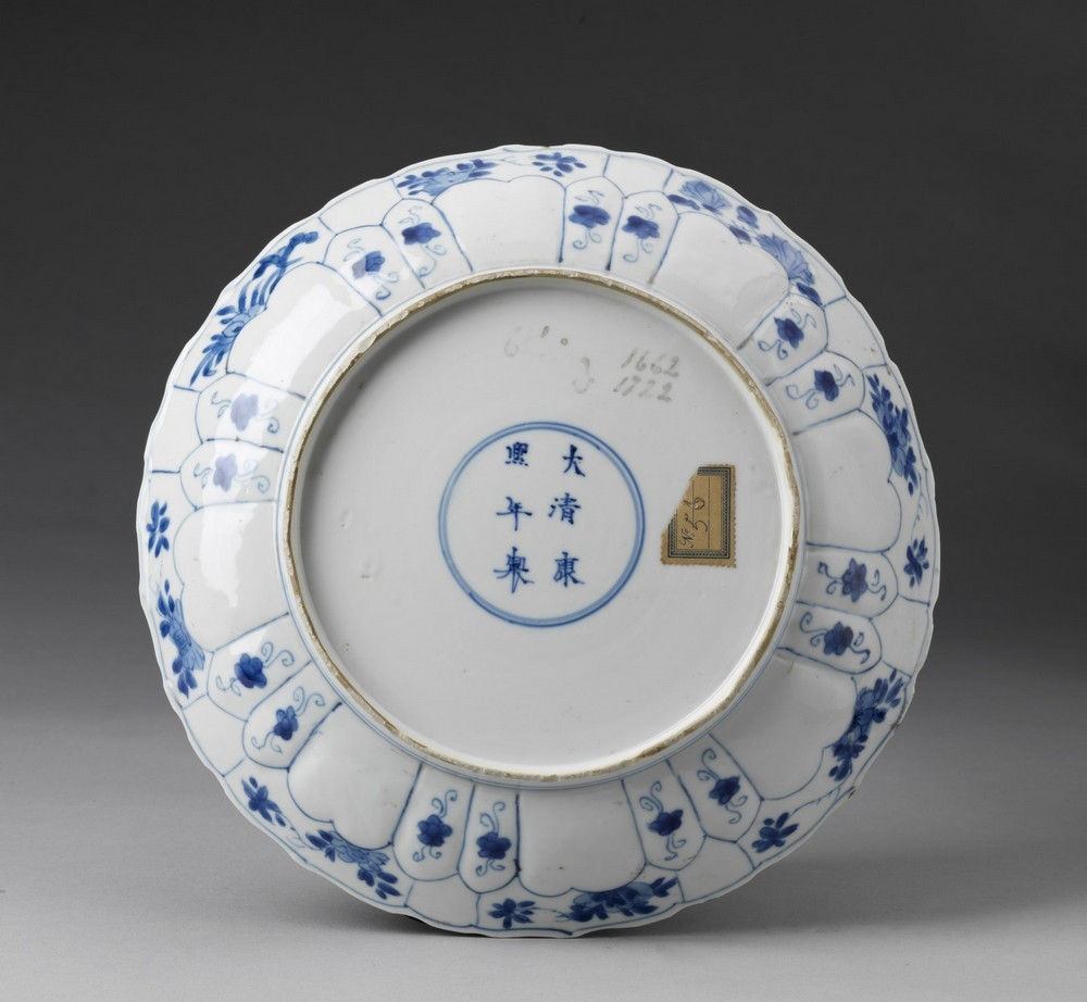 Arte Cinese A blue and white porcelain dish bearing a Kangxi mark at the baseChina, Qing dynasty, 1 - Image 2 of 2