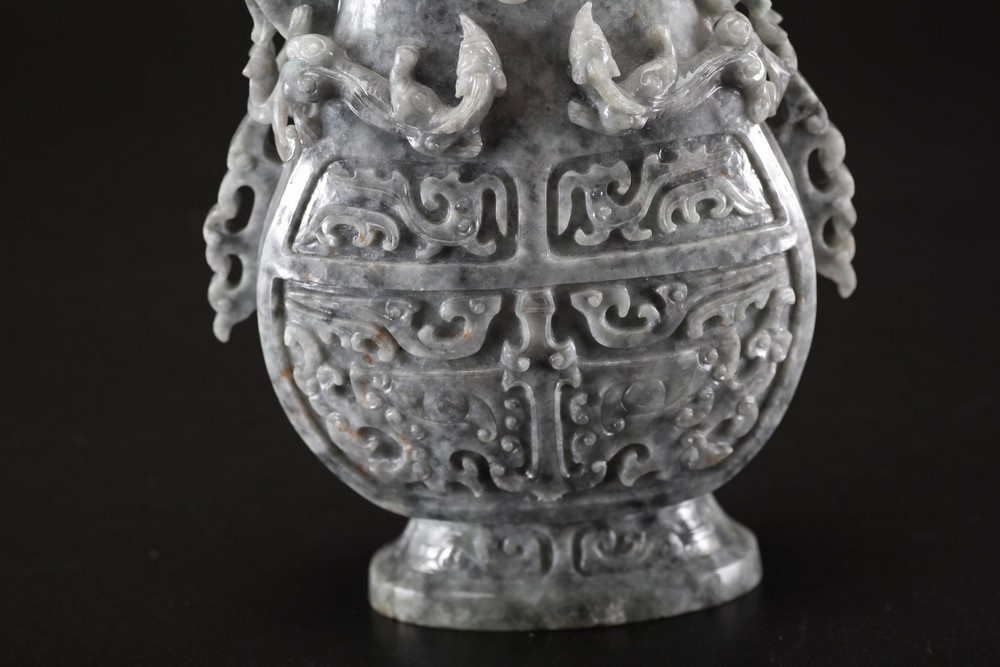 Arte Cinese A grey jadeite carved vase with archaic shape and decoration of taotie masks, chilong s - Image 5 of 5